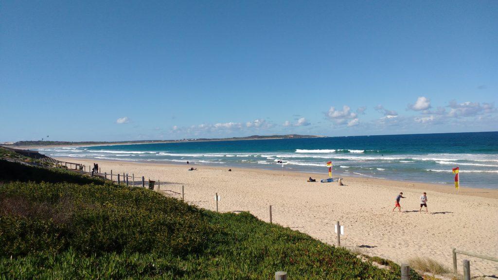 向こうに見えるのが Elouera, Wanda, Greenhills かなり長いビーチ